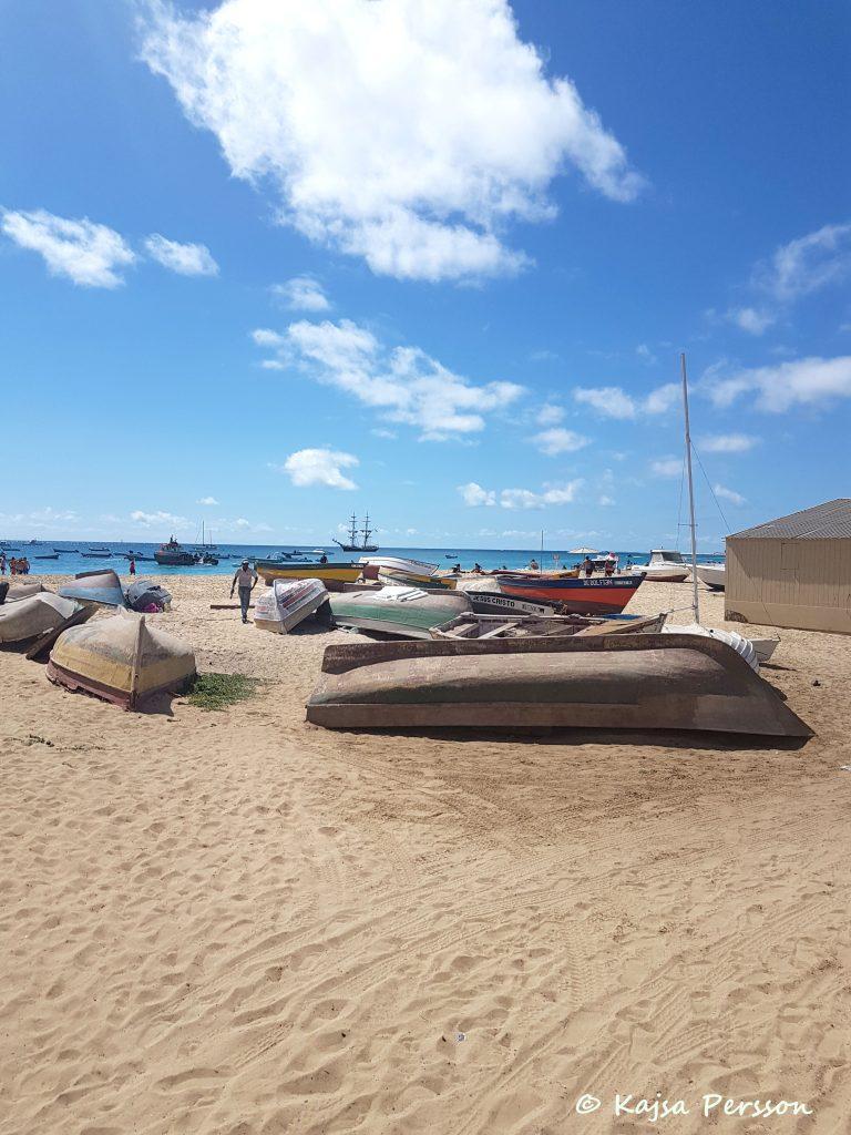 Fiskebåtar som ligger uppdragna på sanddynorna