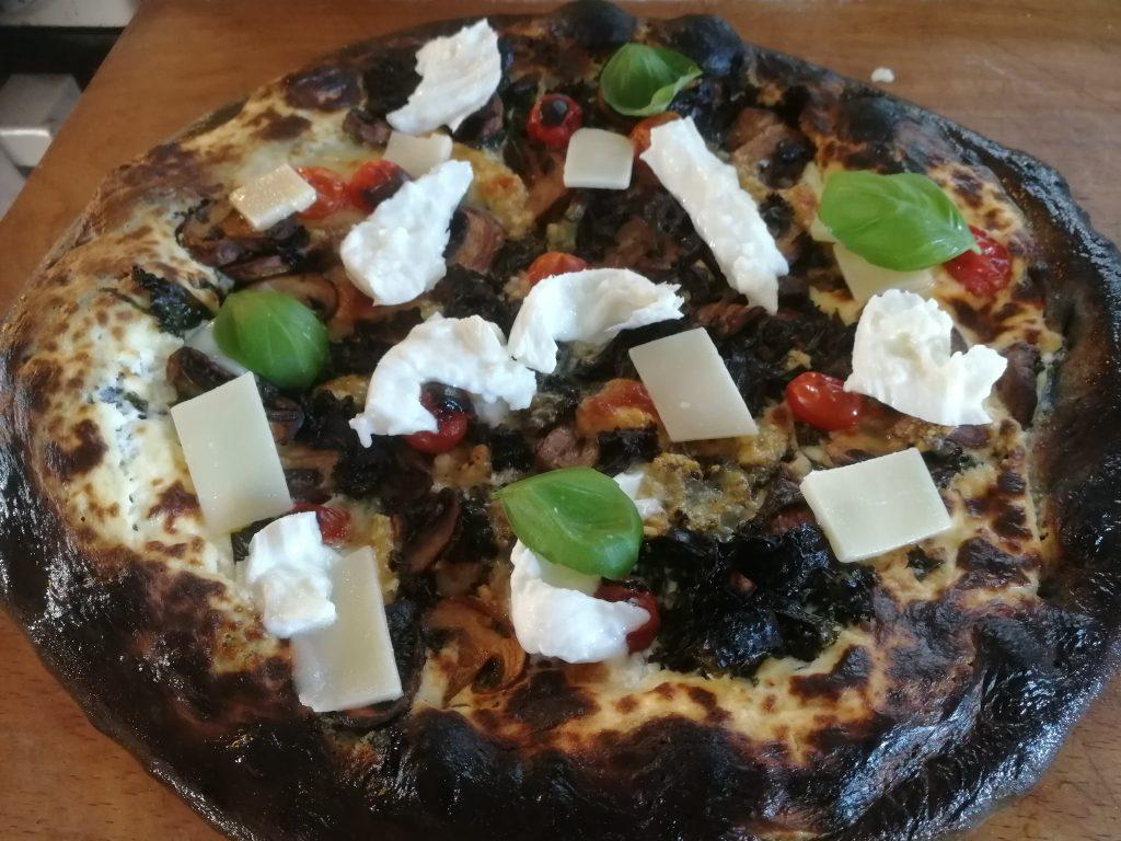 Svart pizza till lunch