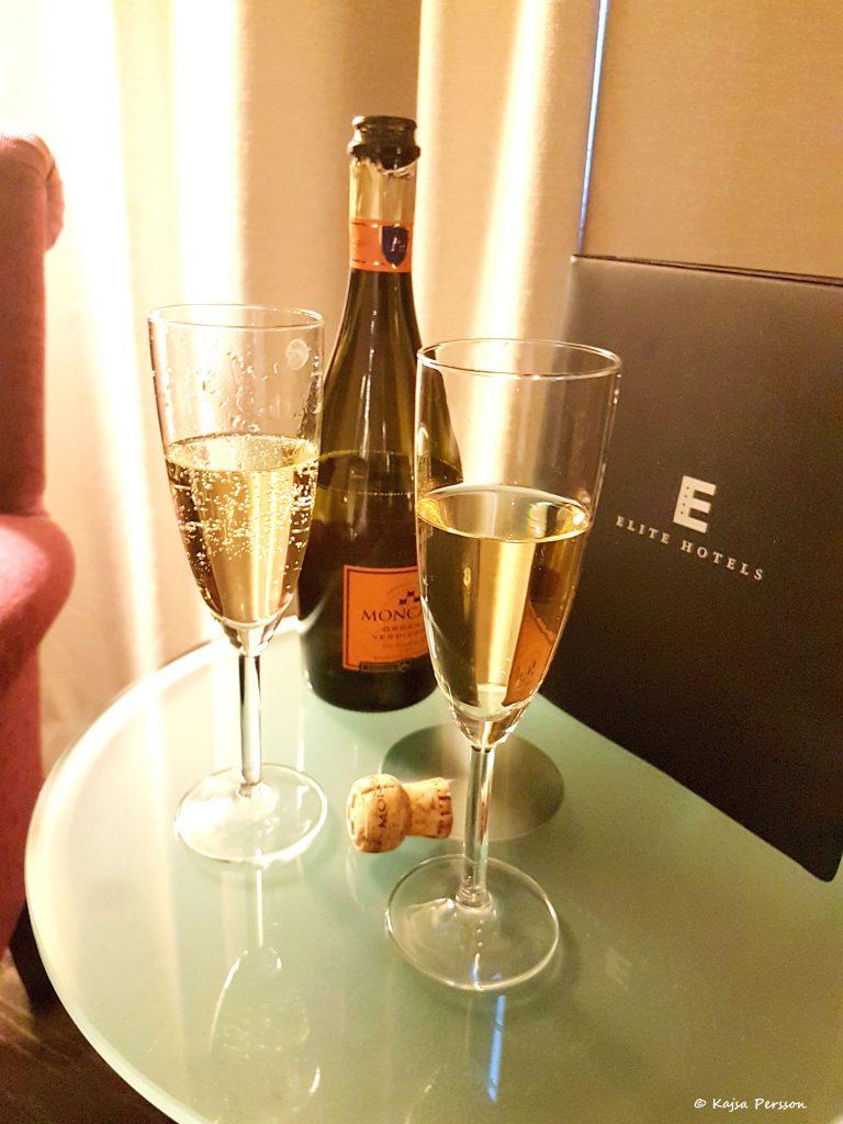 Lyx på hemmaplan med vars sitt glas bubbel på hotellet