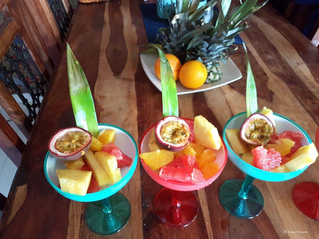 Bubbel i desserten med exotiska smaker i färgglada coctailglas