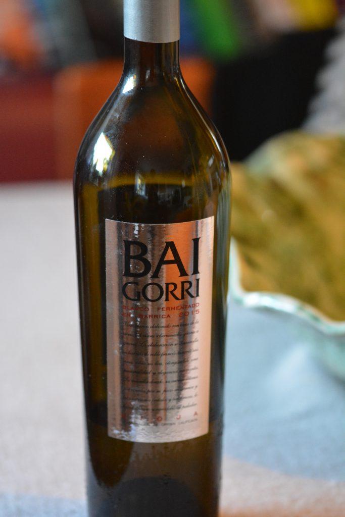 En flaska med Baigorri-en vit, fatlagrad Rioja