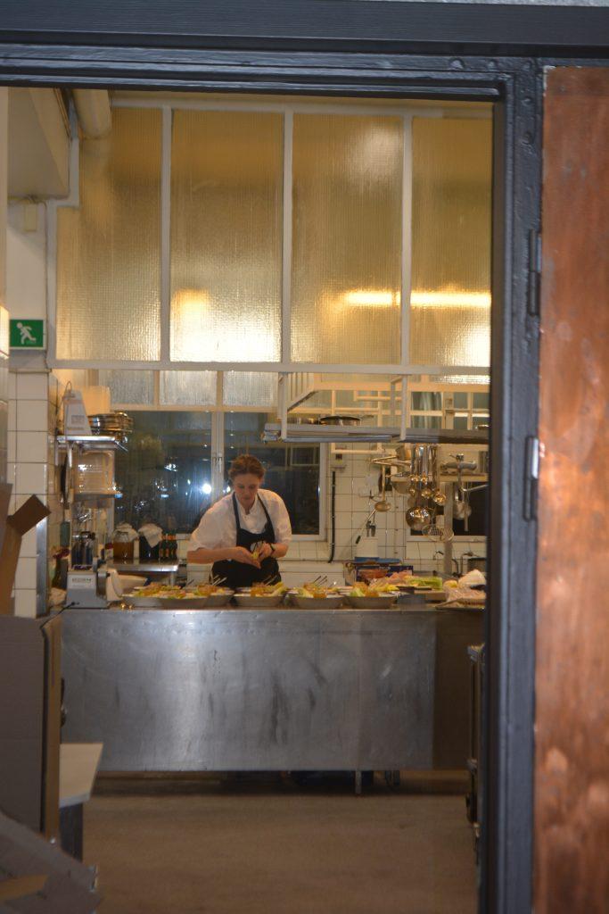 Titti Qvarnström i sitt kök förbereder maten