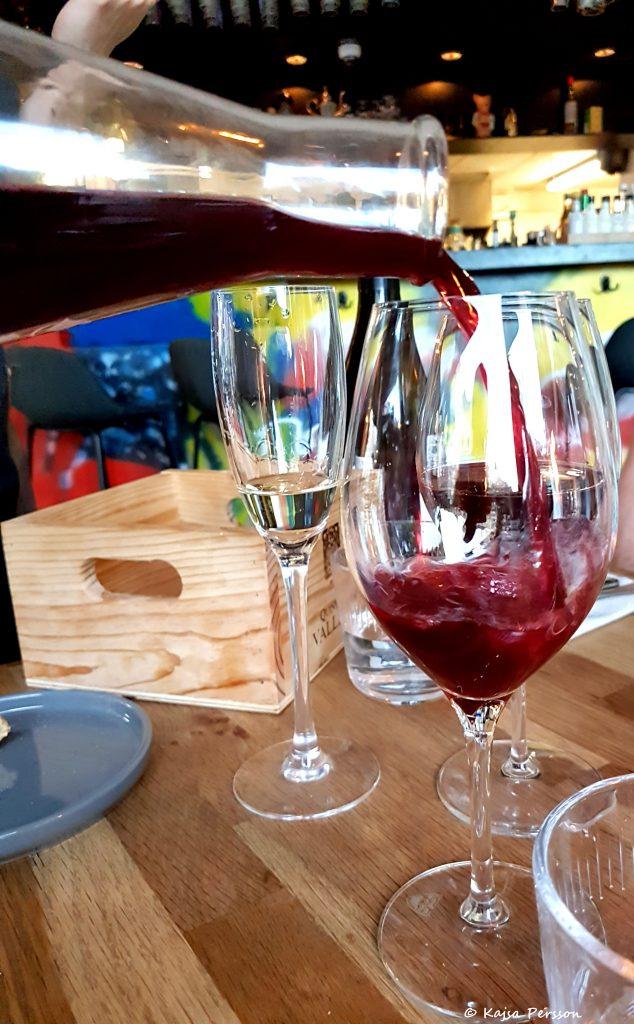 Rött vin i glaset