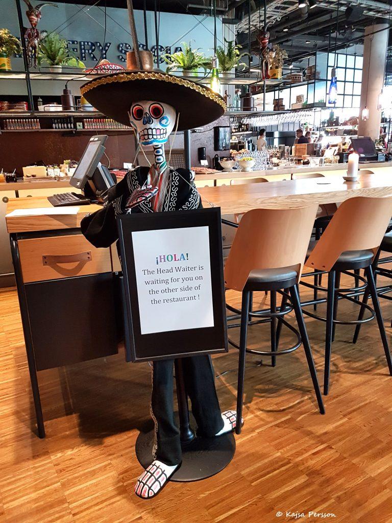Välkomstskylt på ett mexikanskt skelett hos Social Eatary