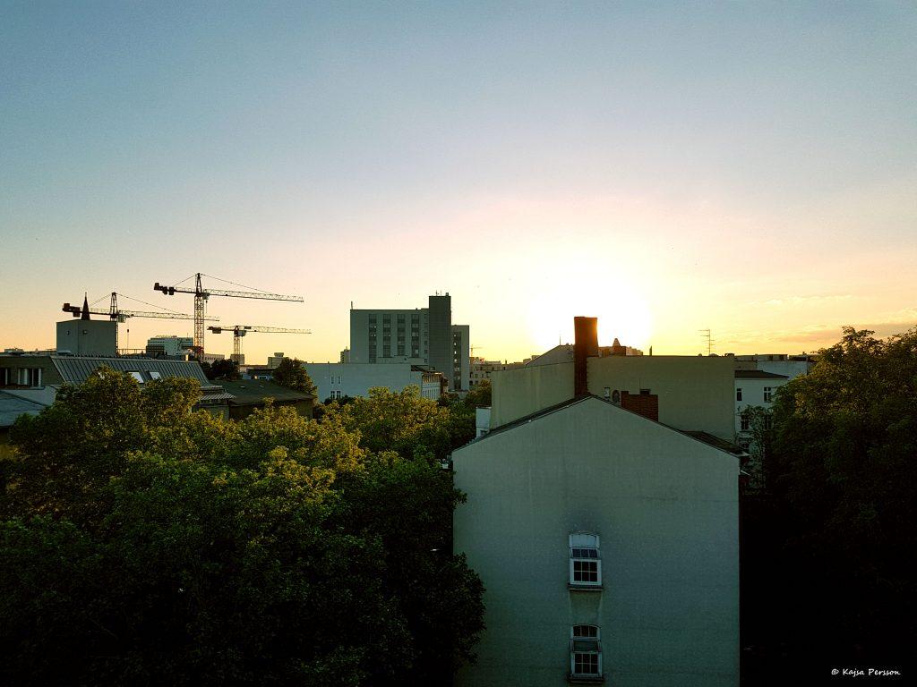 Solnedgång från en takås i Berlin