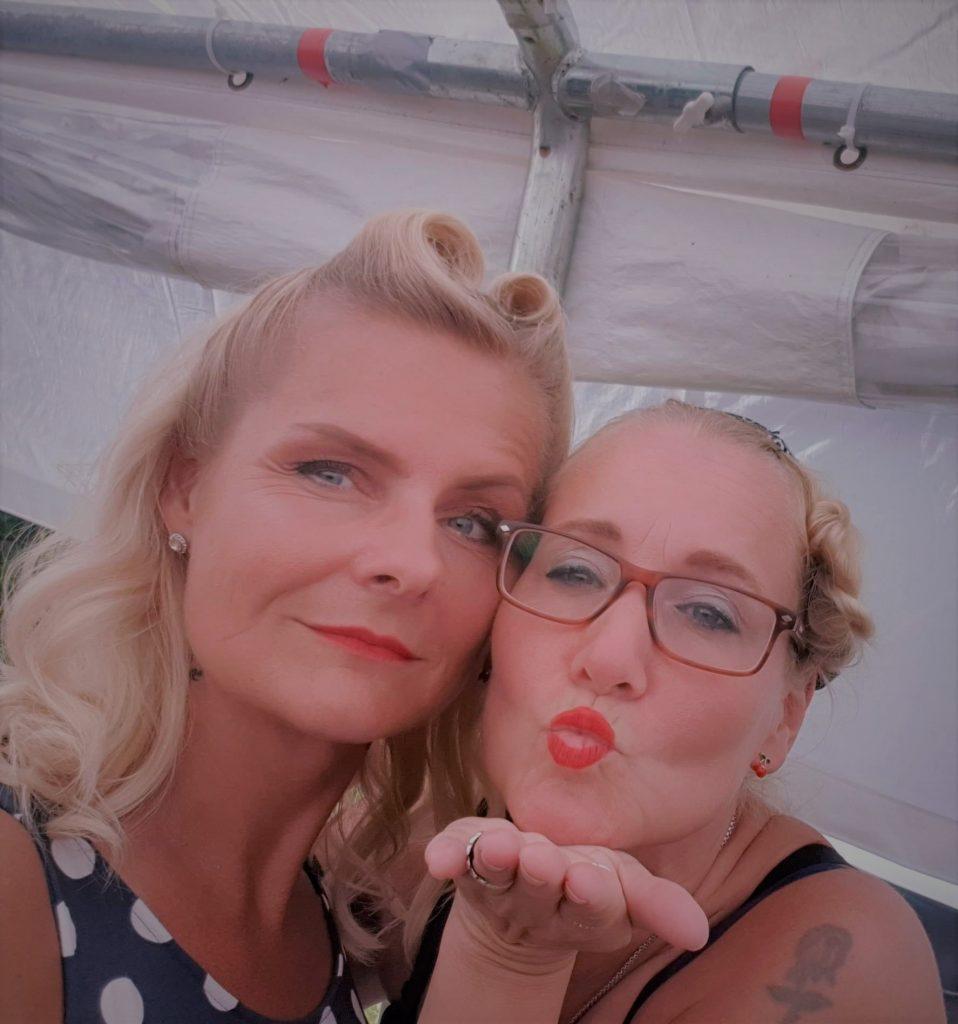Två rockabilly klädda tjejer med röda läppar