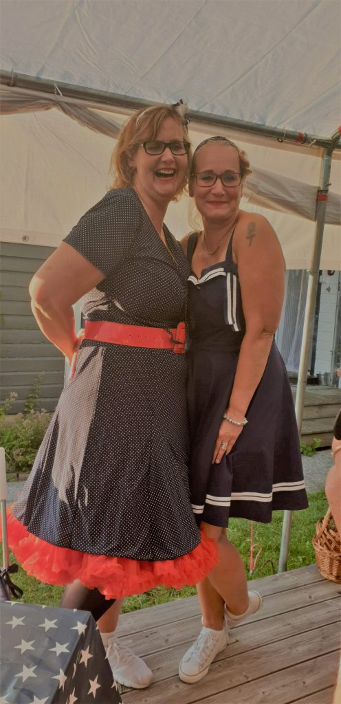Två rockabilly klädda tjejer