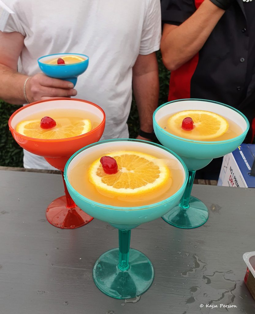 Välkomstbål i färgglada cocktailglas