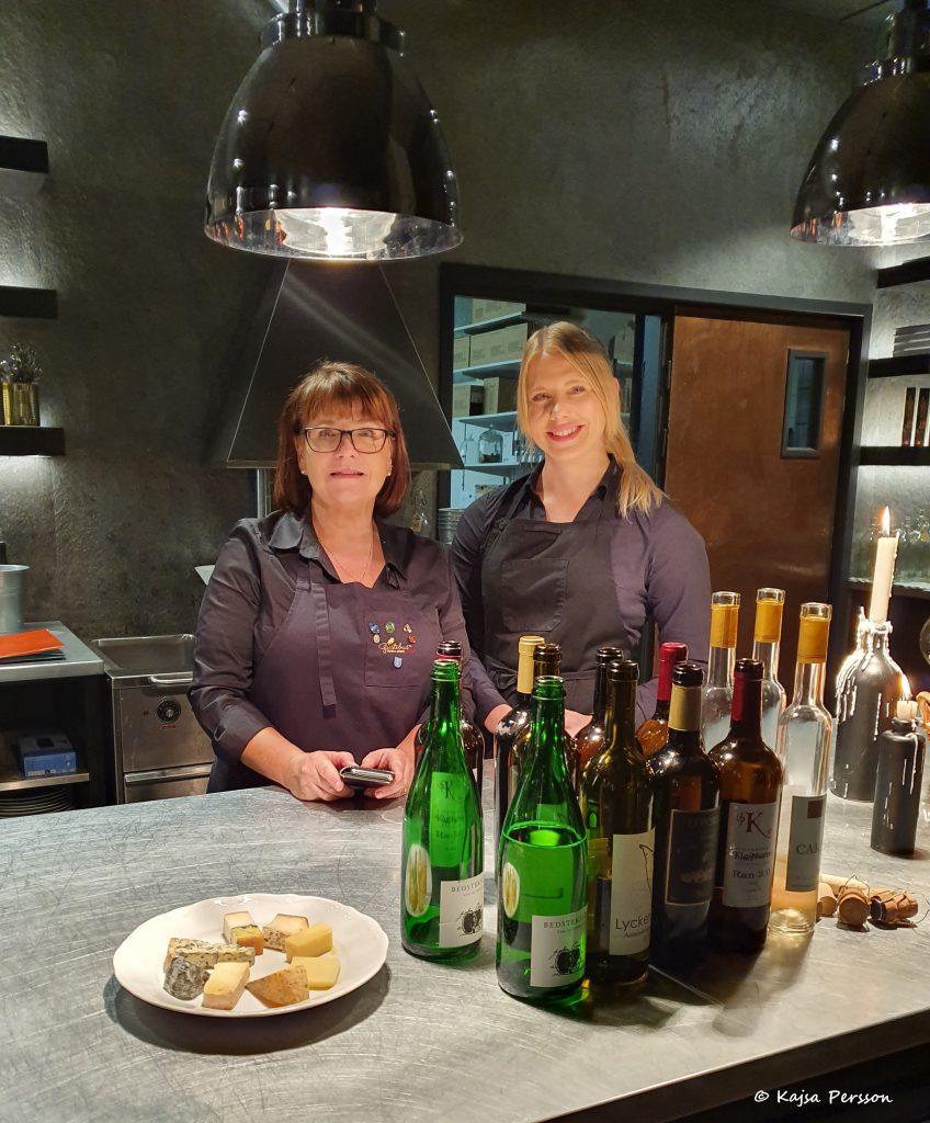 Sommelier Carina Olofsson Gavelin och Josefine Rydqvist från Bengtssons Ost, Trianglen bakom vinflaskorna och en tallrik av kvällens ostar