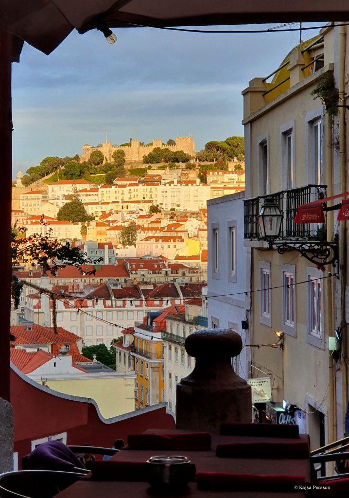 Kvällsolen som lyser upp Alfama och borgen Castelo de sao Jorge