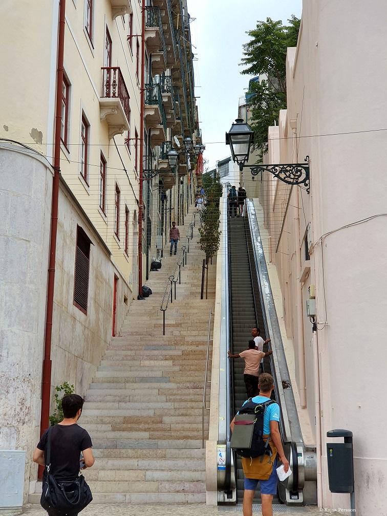 Rulltrappa mellan byggnaderna så man kan spara på benen i de branta trapporna