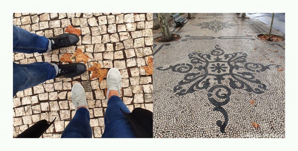 Två par fötter på Lissabons vackra trottoar