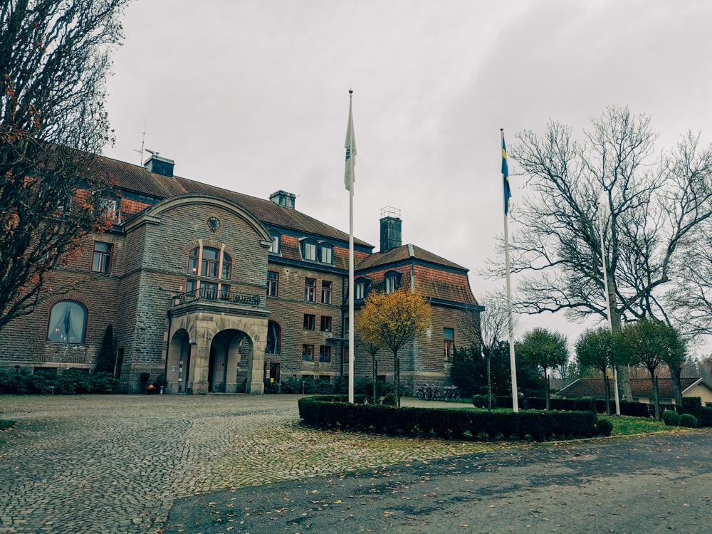 Den pampiga ingången på Bjertorp Slott som ligger strax utanför Kvänum.