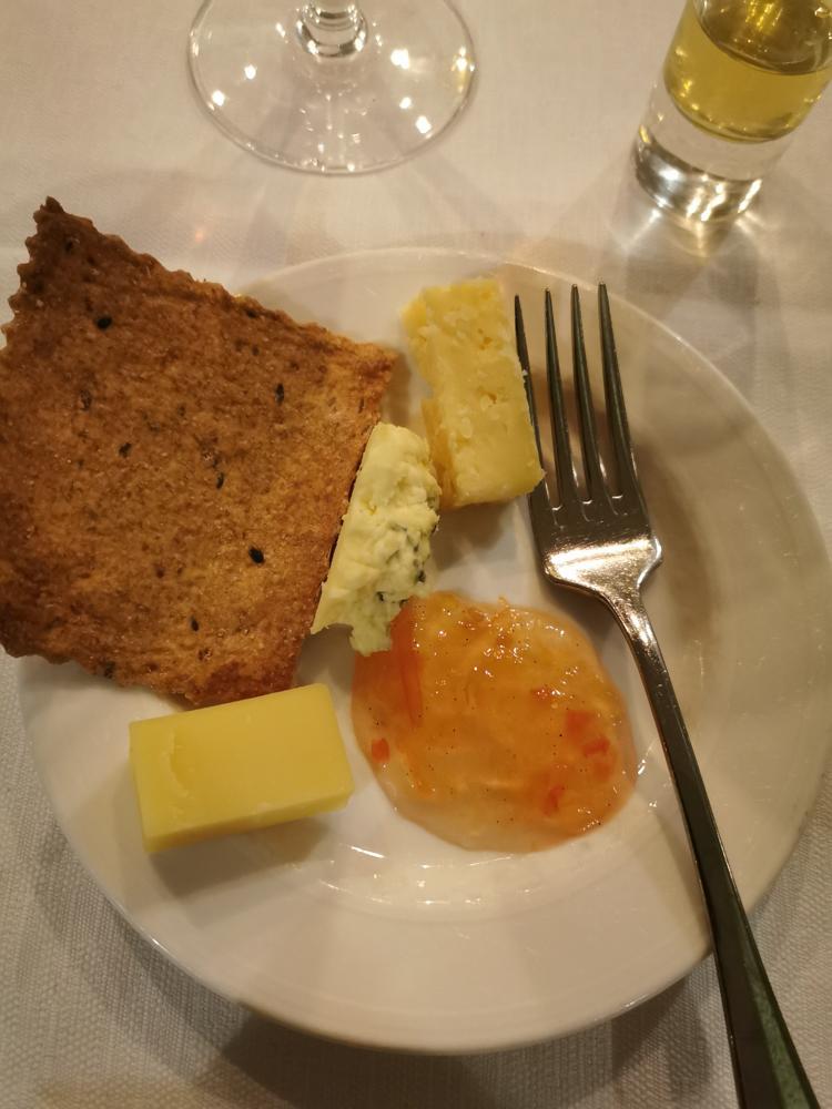 Tre ostar, tomatmarmelad och tunt knäckebröd