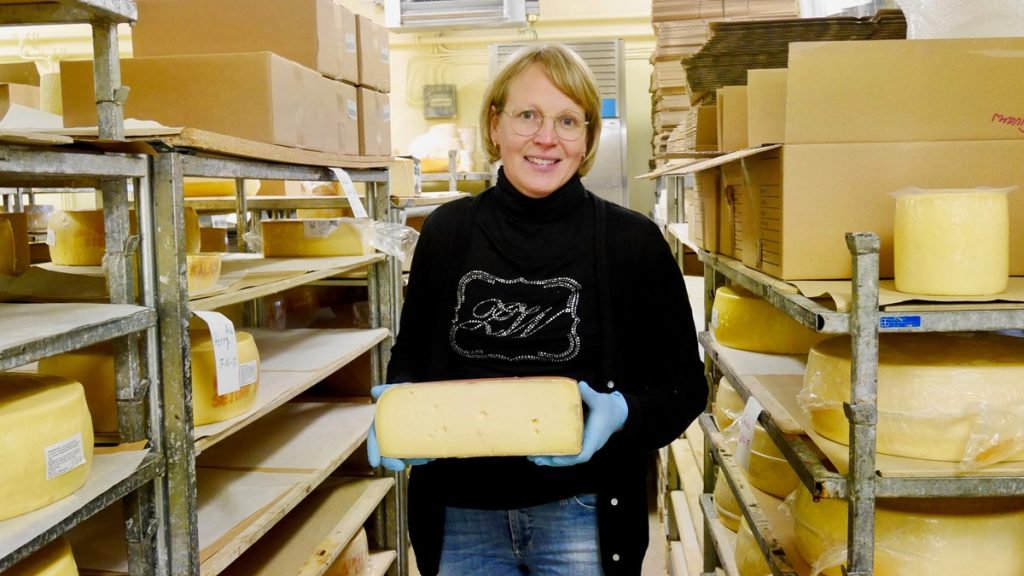 Sofie håller i en stor bit ost