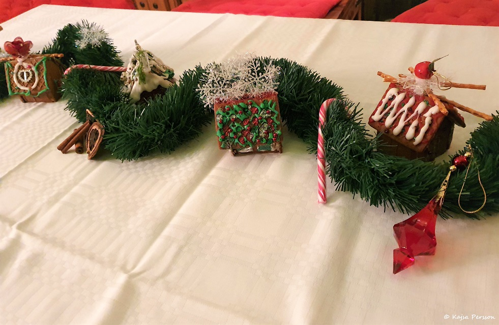 Juldekoration på bordet med minipepparkakshus