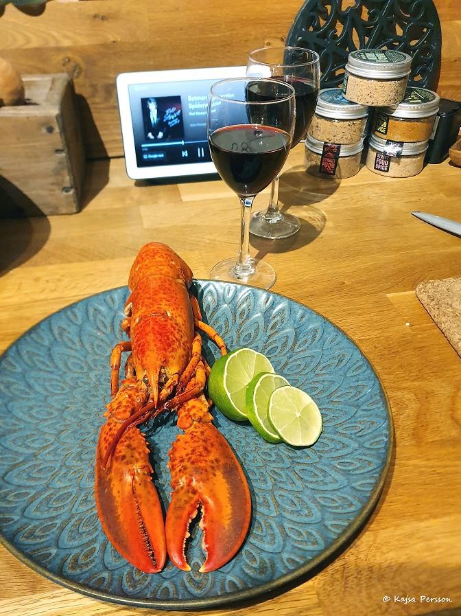 Hummer på menyn idag och glas med rödvin till