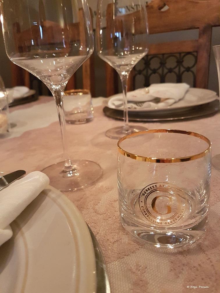 Vackert vattenglas från Newport med gulddekor