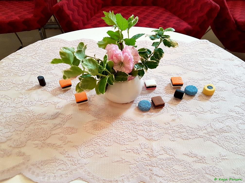 Lekfull dukning på Alla hjärtans dag med godis på bordet