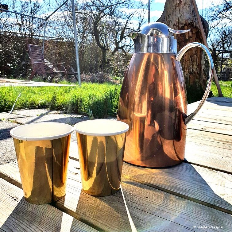 varm choklad och kaffe i vårsolen
