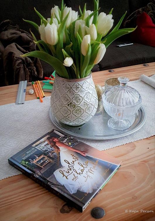 Positiva känslor när vi plockar in våren på bordet och får trevlig läsning därtill
