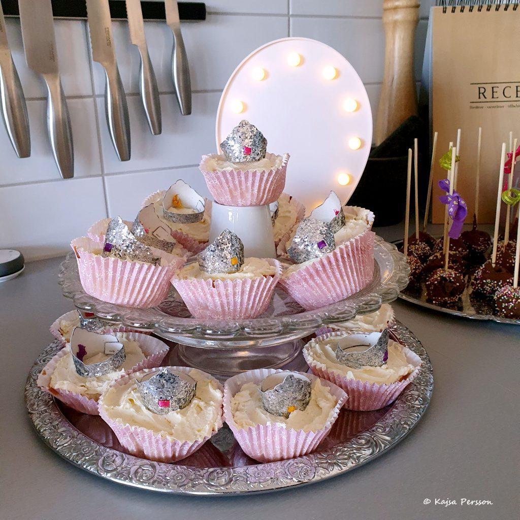 Kakor till fikat Citroncupcakes med frosting och prinsesskrona på toppen