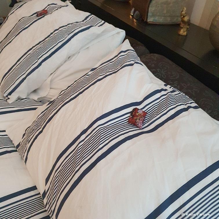 Hemma gjorda choklad paket på kudden för vår staycation light
