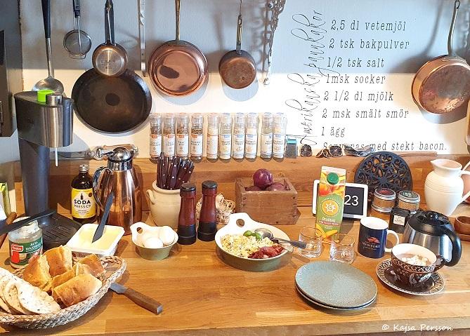 Bulla upp med frukost i köket för staycation