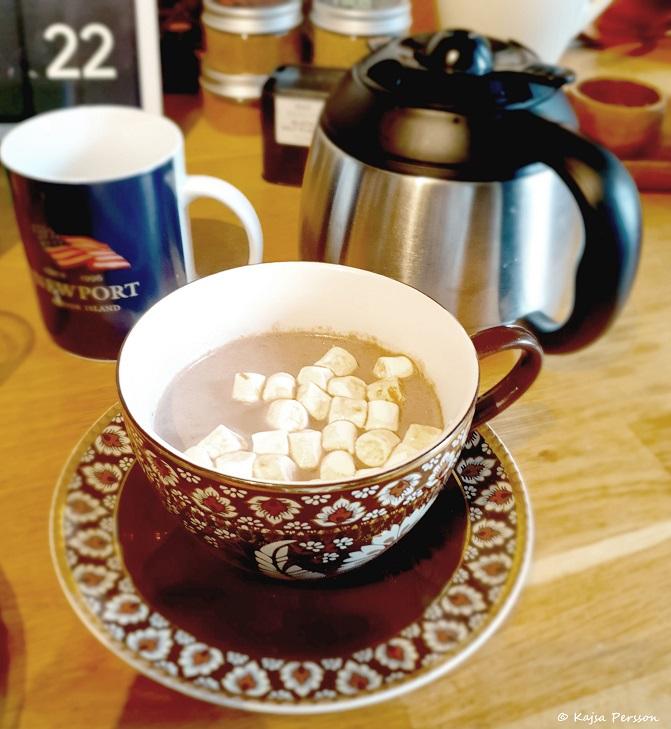 Varm choklad i kopp med mini marshmallows