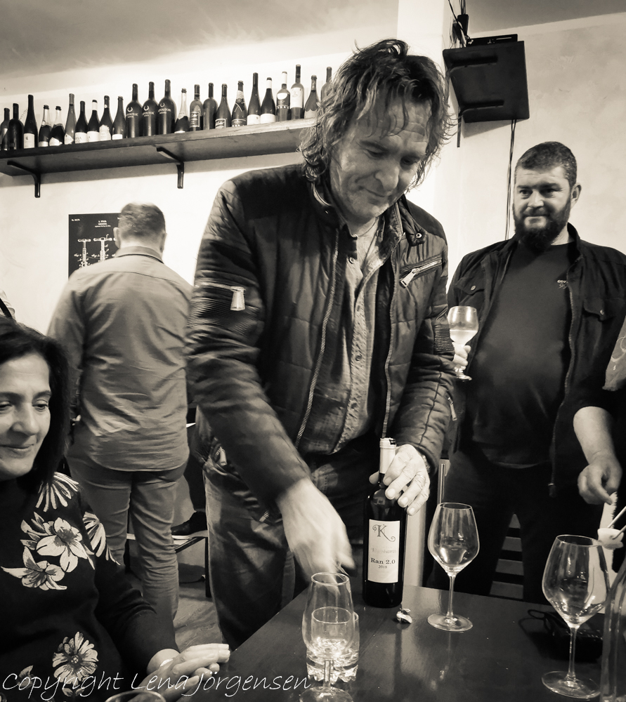 Mato Matusko öppnar en flaska vin från Vingården i Klagshamn