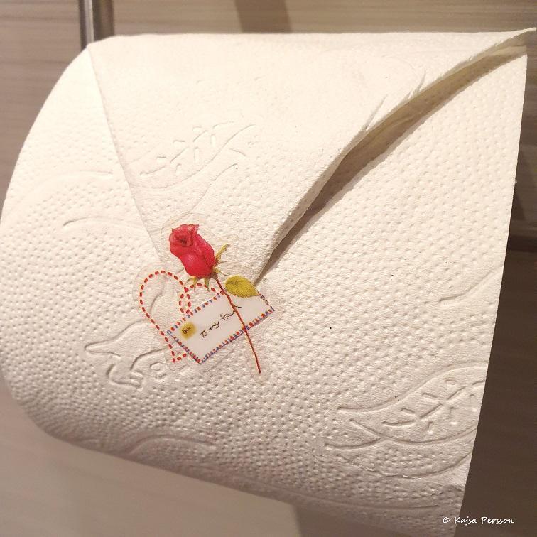 Vika toarullen fint och sätta en klisterlapp på som en liten detalj för en staycation light