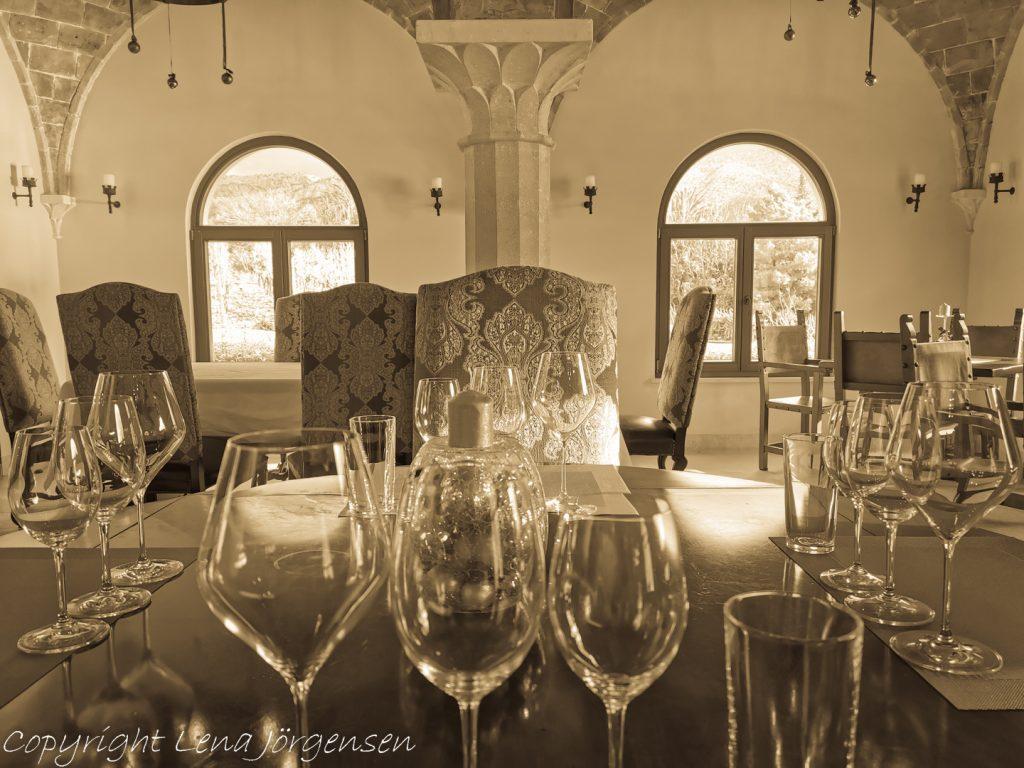 Vinprovningen skedde i deras vinprovningsrum med utsikt över den vackra trädgården