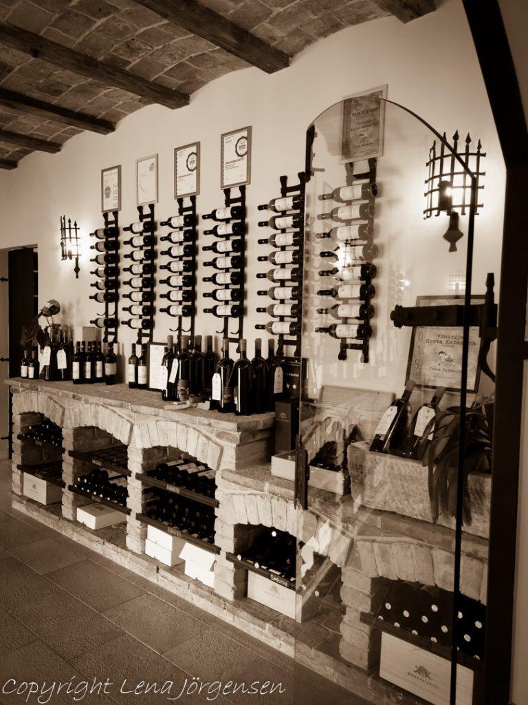 Butiken på Korta Katarina i Kroatien med alla flaskor i snygga ställ på väggen.