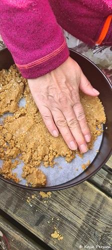 Platta till botten till Pinacolada cheesecake i en springform