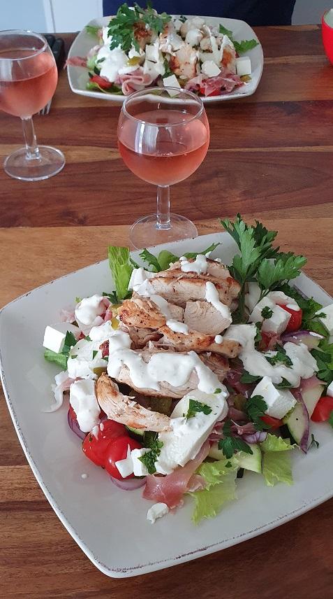 Matig, mättande god Kyckling sallad och ett glas Rosé