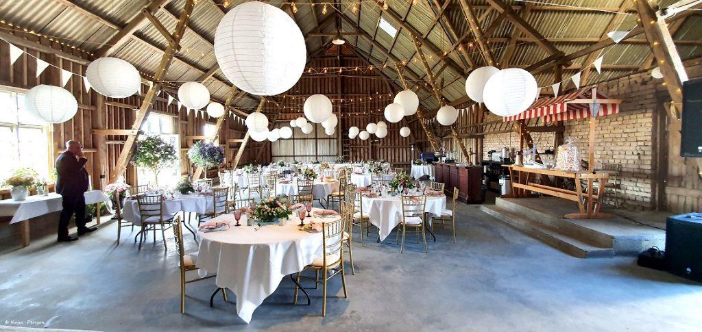 Bröllops lokalen för ett romatiskt bröllop på landet