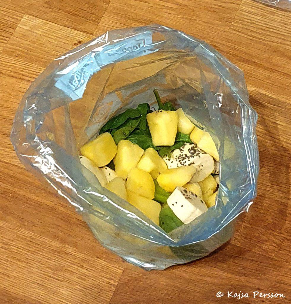 Förbereder mina gröna smoothies i påsar som läggs i frysen