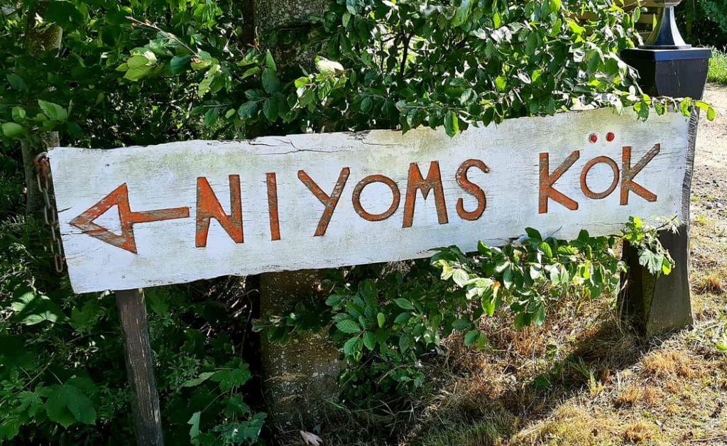Skylten till Niyomis Kök