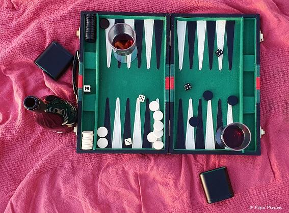 Backgammon och rödvin landade på cykel tur nummer tre vid havet