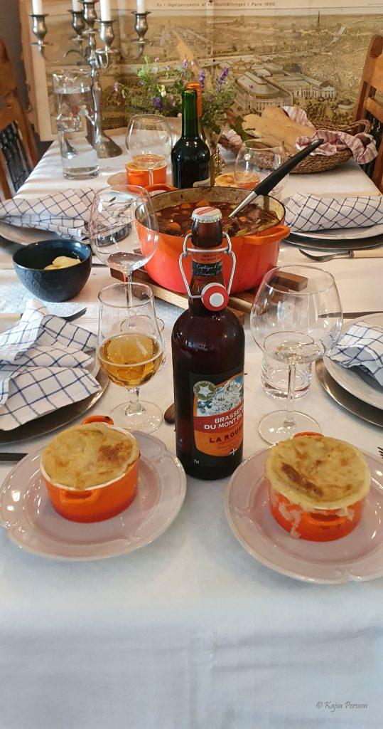 Boeuf bourguignon, gratinerad duschess potatis, fransk öl och rött vin