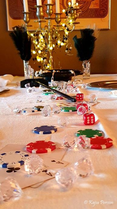 Dekorationen på dukningen är tärningar, pokerchips, kort, diamanter, roulett och pärlor