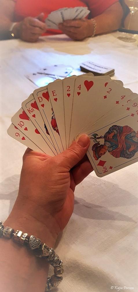 Hand med 10 spelkort på handen
