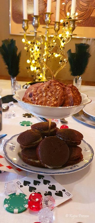 Tvåvånings kakfat med två olika kakor som något sött till kaffet