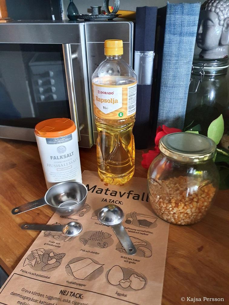 Ingredienser för att poppa spis popcorn i microvågsugnen måttsatser, olja, salt, popcorn, papp påse