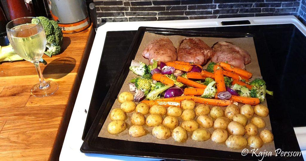 Allt på en plåt med kyckling, grönsaker och potatis