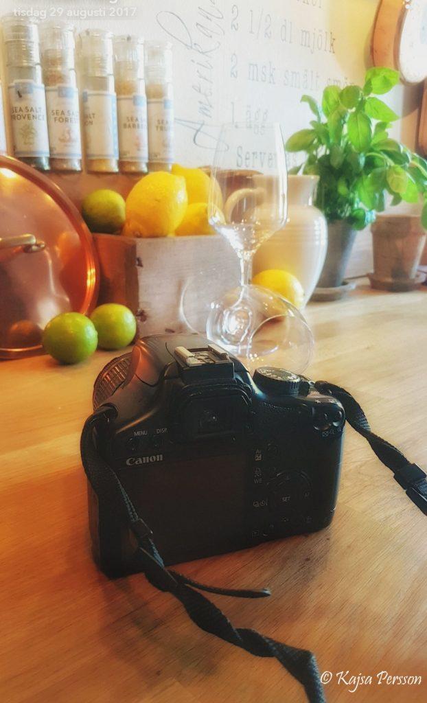 Kamera med två vinglas i ett kök