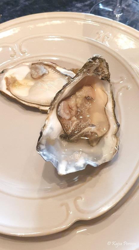 Fisk och skaldjur på menyn här ett öppnat ostron