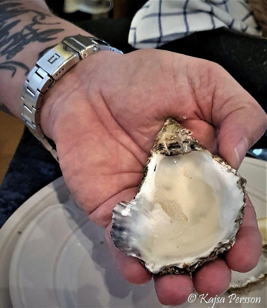 Dricka champagne ur ostronskalet är som givet på en afton med fisk och skaldjur