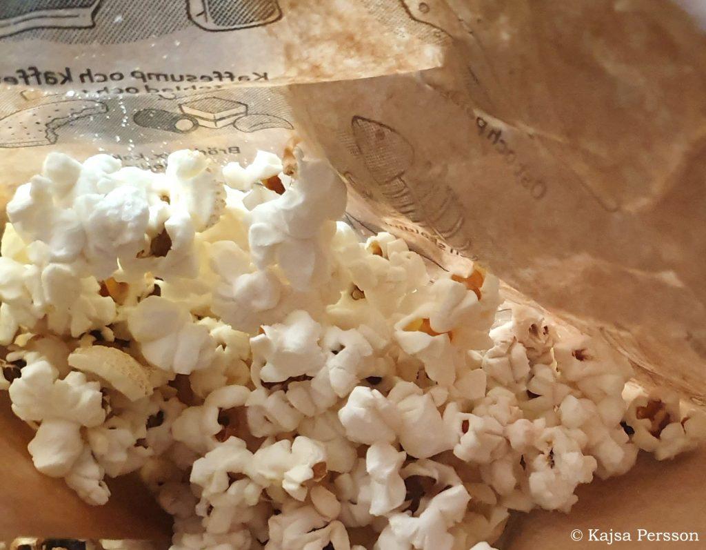 Färdig poppade popcorn i en matavfallspåse