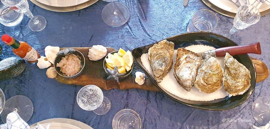 Fisk och Skaldjur på menyn här är ostronen framdukade i ett fat med grovsalt. Tillbehör hackad schalottenlök, citron och tabasco